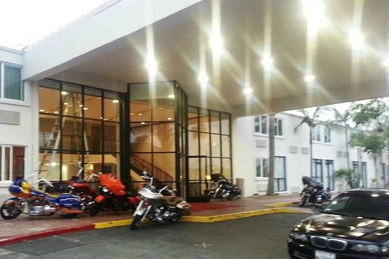 Motel 6 Carson: motorcycle parking at the door