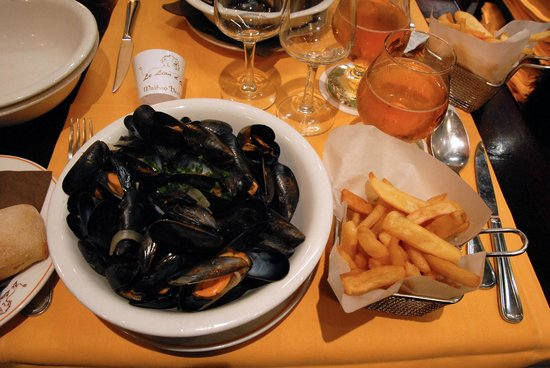 Le Lion D'or : Moules-frites, petit pain et bolée de cidre au Lion d'Or, Saint-Malo, France