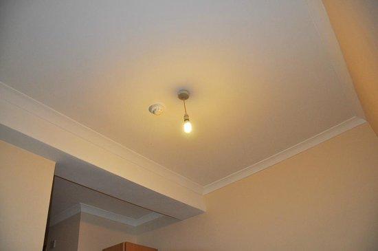 European Hotel: Enda ljuskällan i rummet, en enkel glödlampa