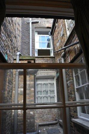 European Hotel: Utsikt från rummets enda fönster