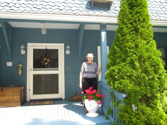 Shore Path Cottage: Delightful Owner, Roberta Chester
