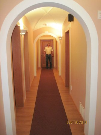 Swiss Lodge B&B: The view down the hallway with rooms on either side