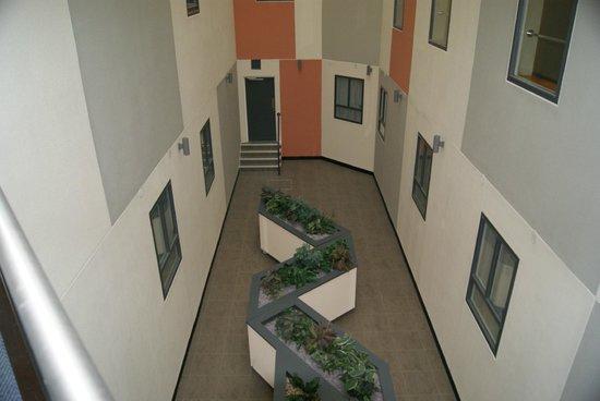 Premier Inn Leamington Spa Town Centre Hotel: The well / courtyard looking down