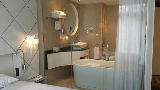 Golden Tulip Jagershorst: Badkamer vanuit kamer
