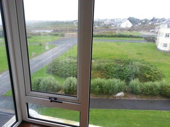 Connemara Coast Hotel: On a du mettre un essuie à l'extérieur...