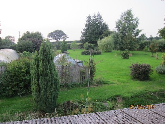 Upper Middle Road Farm: Gardens of the bnb