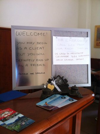 Hotel Orso Bruno: Sign on the front desk says it all