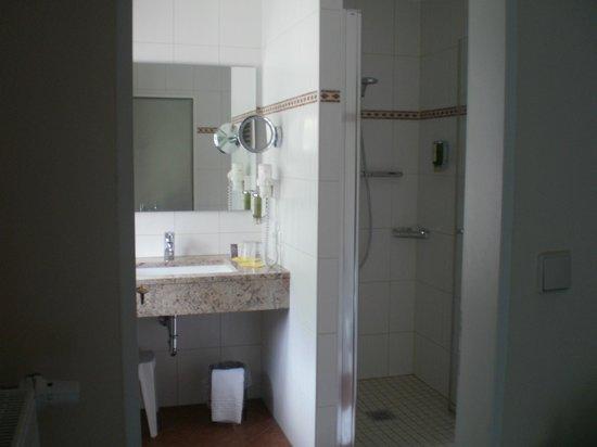 Hotel Klosterhotel Ludwig der Bayer: cool clean marble bathroom