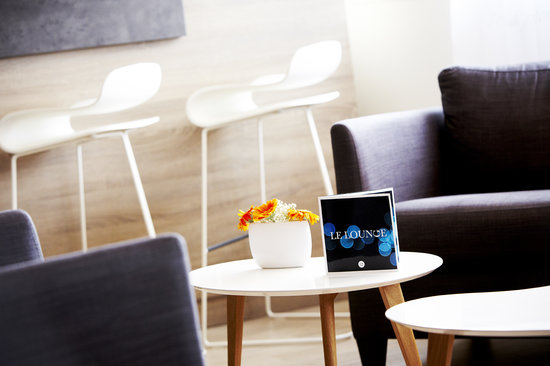 Kyriad Prestige Vannes Centre - Palais des Arts : Espace détente près du bar