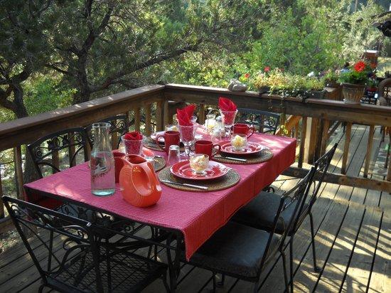 Mountain River Inn Bed & Breakfast : Breakfast on the deck