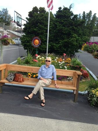 Homestead Inn: Bench in front of hotel with pretty flower garden
