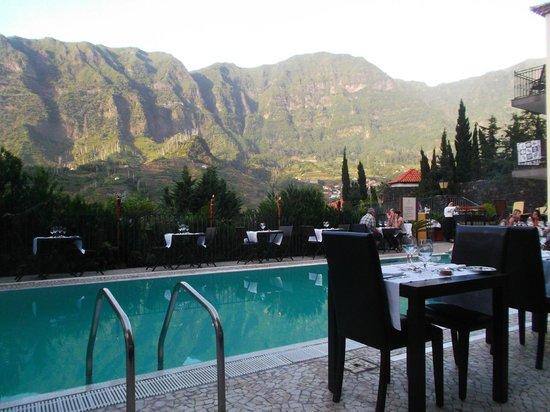 Estalagem do Vale Hotel: Vue Piscine + tables pour soirée tropicale