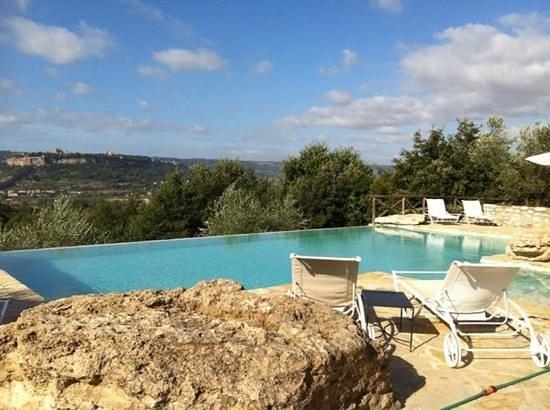 Inncasa : la piscina con vista su Orvieto.