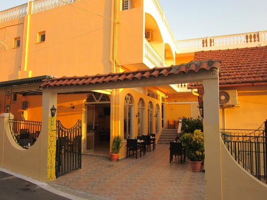 Bella Vista Hotel & Studios: Hotel outside