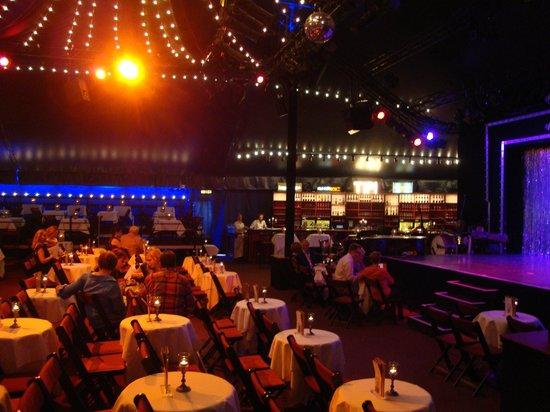 Tipi am Kanzleramt: Bar och framför scen