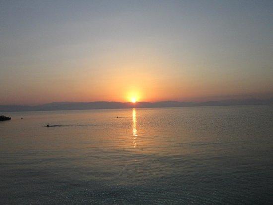 Bella Vista Hotel & Studios: Sunset in the beach