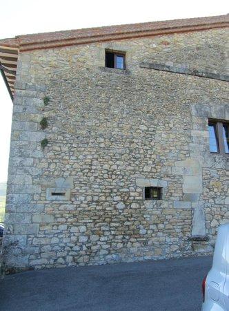 Casona Los Caballeros: Les deux fenêtres de la chambre donnant sur le parking