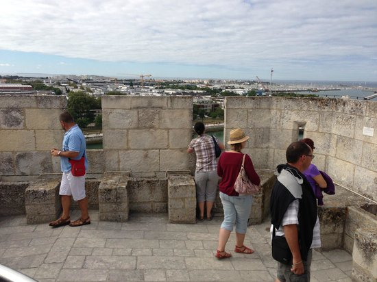 Tours de La Rochelle : The cannon are from from the top, but their echos remain.