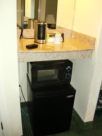 Wingate by Wyndham Chesapeake: Tea/Coffee maker, Microwave, Fridge