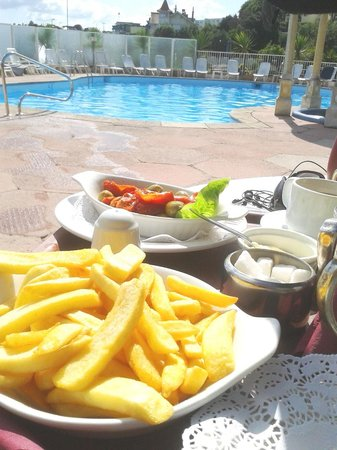 Livermead House Hotel: Pool-side snacks in the sun