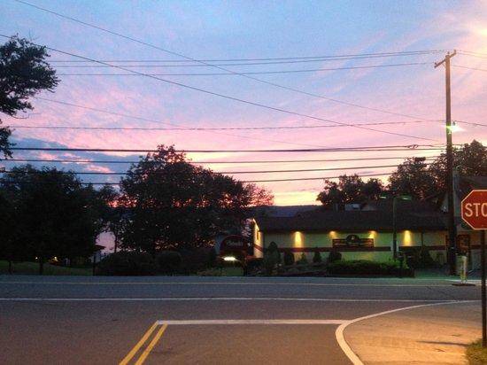 Ehrhardt's Waterfront Restaurant: Beautiful sunset over Lake Wallenpaupack