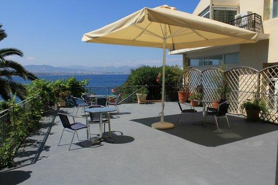 Hotel Theoxenia : Βεράντα πάνω στην θάλασσα