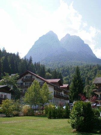 SENTIDO Zugspitze Berghotel Hammersbach: hotel in  foreground
