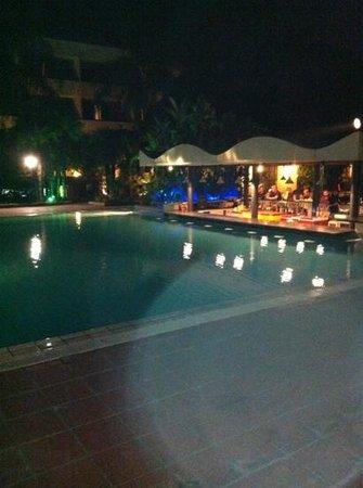Hotel Sigonella Inn: Poolside bar.