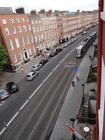 Harcourt Hotel: Tram running down Nightclub Alley