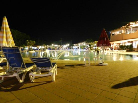 Nicotera Beach Village: visione notturna piscina