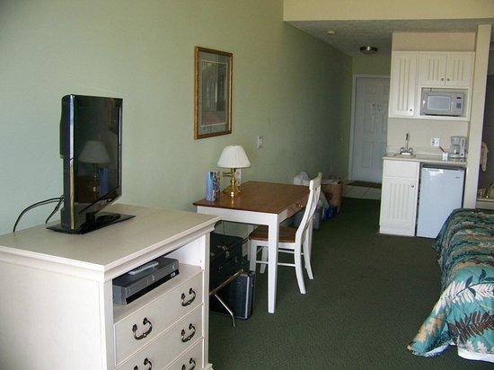 Pointes North Beachfront Resort Hotel : Desk & Flat Screen
