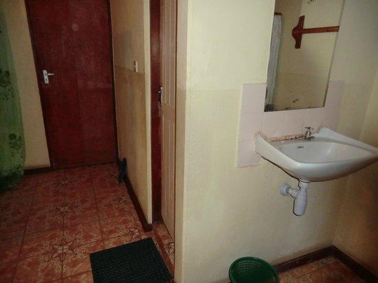 Diani Classic Guest House Two: lavandino e porta balcone