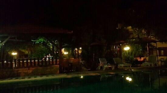 Selimhan Hotel: Havuz başında gece...