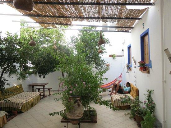 Kaya Pansiyon: Petite cour pour se détendre