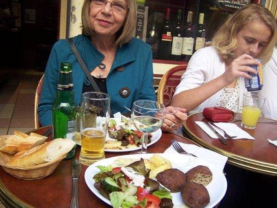 Ulysse en Gaule: Kaftedes with Greek salad and stuffed peppers with Greek salad.