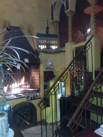 Restaurant La Petite Couscoussiere: grill au feu de bois en salle