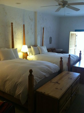 Green Valley Spa and Resort : Queen beds with amazing bedding!