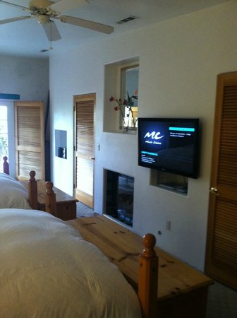 Green Valley Spa and Resort : Flat screen/fireplace