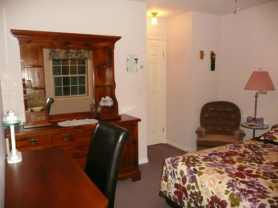Barbara Lynn's Country Inn: Meadow Room with a queen bed