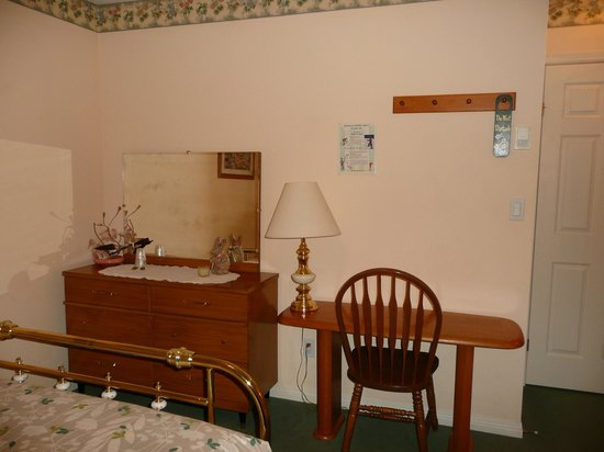 Barbara Lynn's Country Inn: Cascade Room with a queen and twin bed