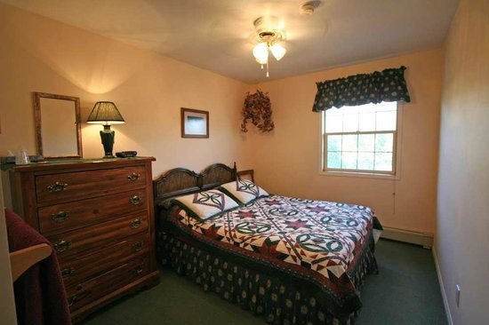 Barbara Lynn's Country Inn: Sun-Up Room with a queen bed and a shared bath