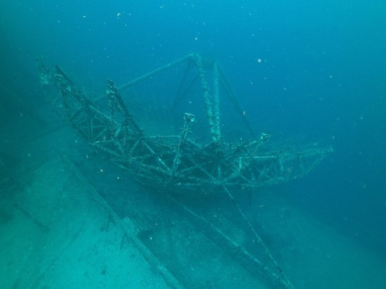 Vandenberg Wreck : A very large antenna on the deck of the ship