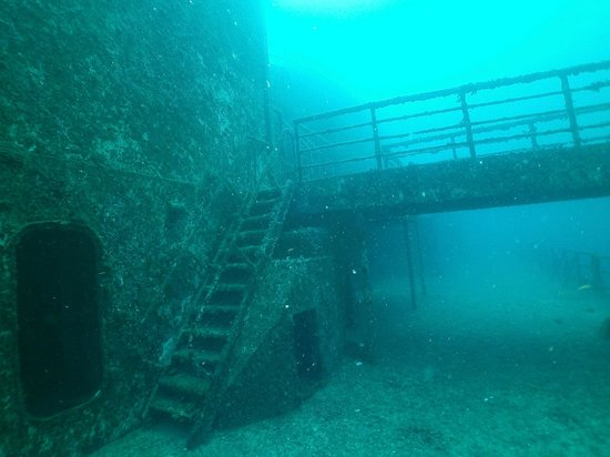 Vandenberg Wreck : Not the greatest visability as you can see