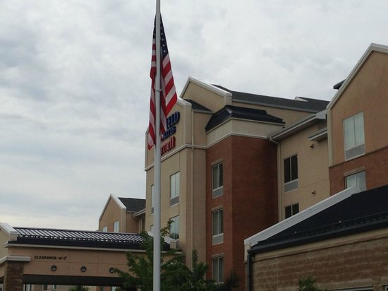 Fairfield Inn & Suites Madison East: Outside of hotel