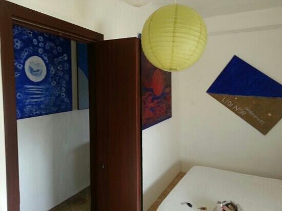 Il Giardino della Rupe B&B : camera e quadri