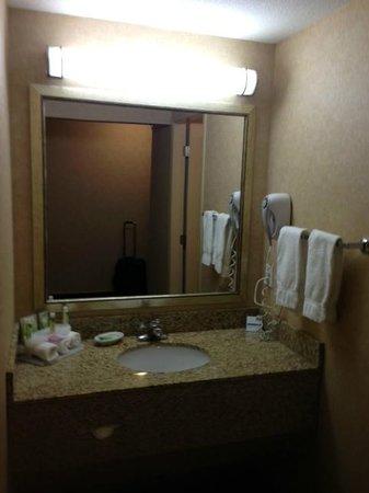 Holiday Inn Express Kelowna: Bathroom