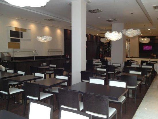 Grupotel Gran Via 678 : Inside breakfast area