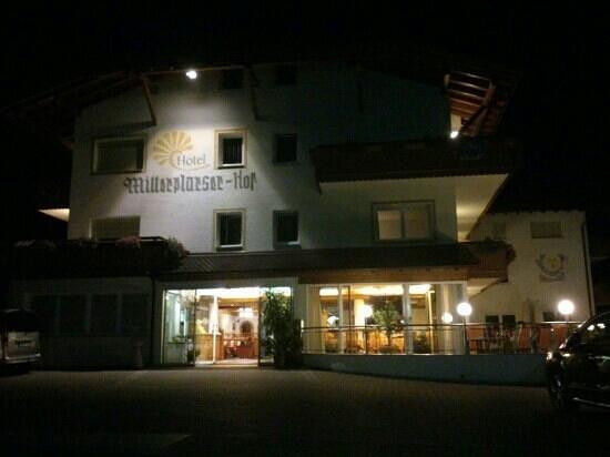 Hotel Mitterplarserhof: L'ingresso di sera.