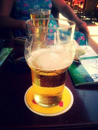 Golden Arrow : enjoying a beer outdoors!