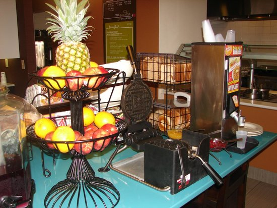 Hilton Garden Inn Nanuet: Fresh made waffle and fruit station